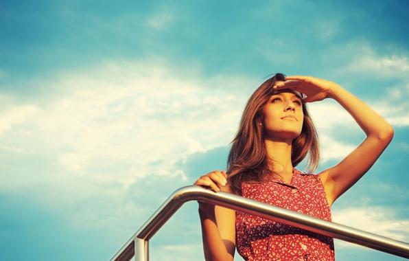 Картинка небо, взгляд, девушка, солнце, лицо, фон, widescreen, обои, настроения, рука, макияж, wallpaper, широкоформатные, background, вдаль, …