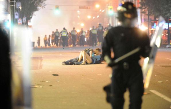 Картинка дорога, девушка, город, страсть, полиция, поцелуй, парень, агрессия, беспорядок