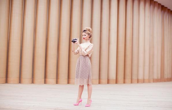 Картинка девушка, юбка, камера, фотоаппарат, блондинка, туфли, розовые, фотографирует, снимает