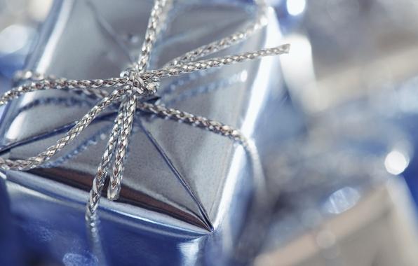 Картинка макро, блики, праздник, коробка, подарок, узел, бантик, плетение, голубая, косичка, упаковка, серебряная, обертка
