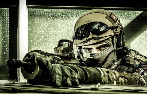 Картинка gun, soldier, eyes, assault rifle, uniform, equipment