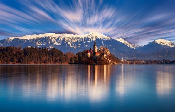 Картинка лес, небо, облака, деревья, горы, озеро, берег, день, церковь, храм, Словения, Блед
