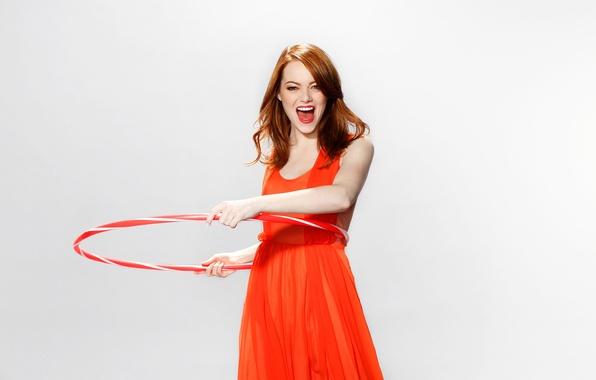 Картинка радость, фон, настроение, платье, актриса, шатенка, в красном, 2011, фотосессия, обруч, Emma Stone, Эмма Стоун, …
