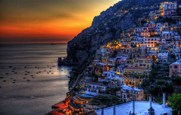 Картинка море, закат, горы, огни, скалы, побережье, дома, лодки, вечер, Италия, зарево, Positano