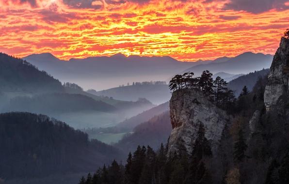 Картинка небо, облака, деревья, горы, туман, дом, скалы, долина, зарево