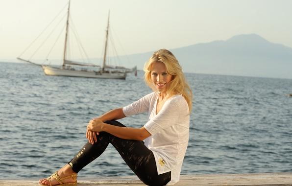 Картинка море, девушка, улыбка, модель, яхта, актриса, футболка, блондинка, сидит, model, Luisana Lopilato, Луисана Лопилато, леггинсы