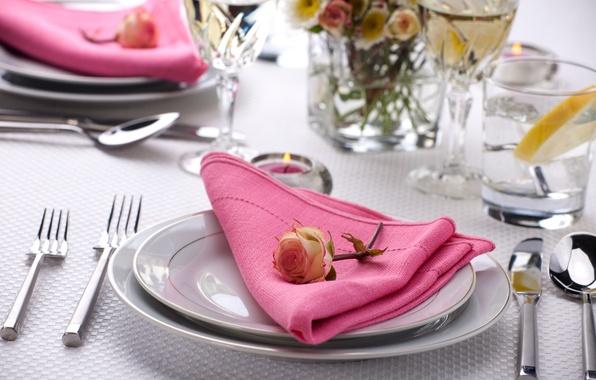 Картинка цветок, стол, роза, свеча, бокалы, тарелки, стаканы, ножи, салфетка, вилки, сервировка, столовые приборы