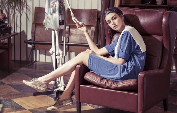 Картинка взгляд, стиль, модель, кресло, платье, скелет, кепка, бейсболка