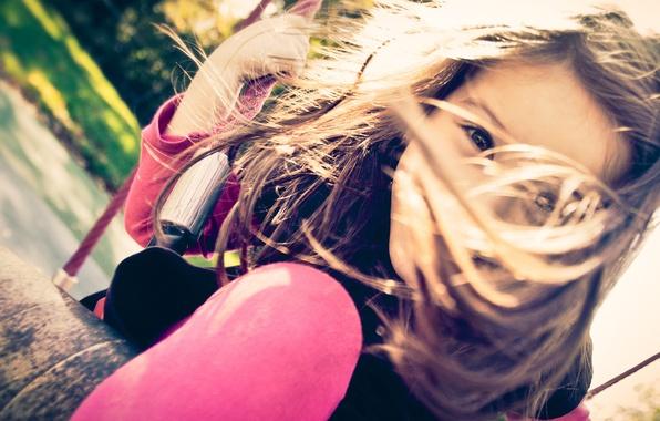 Картинка радость, счастье, дети, детство, лицо, качели, настроение, ветер, отдых, улица, ноги, волосы, девочки, ребенок, фокус, …