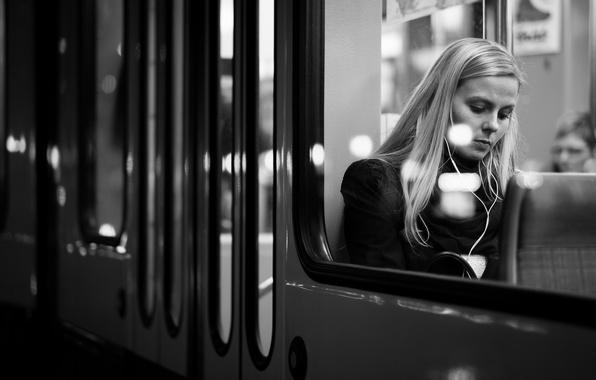 Картинка девушка, город, волосы, поезд, окно, губы