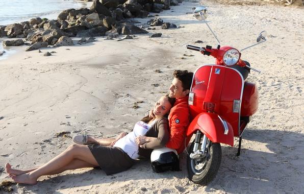 Картинка пляж, девушка, мопед, пара, парень, лежат, vespa, скутер