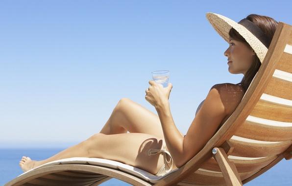 Картинка лед, пляж, купальник, небо, девушка, стакан, шляпа, шезлонг