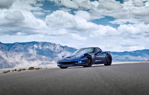 Картинка небо, облака, горы, синий, Z06, corvette, шевроле, chevrolet, blue, корветт