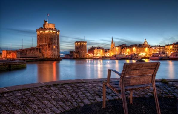 Картинка город, огни, побережье, Франция, вечер, брусчатка, стул, залив, France, Le Vieux-Port, Ла-Рошель, La Rochelle