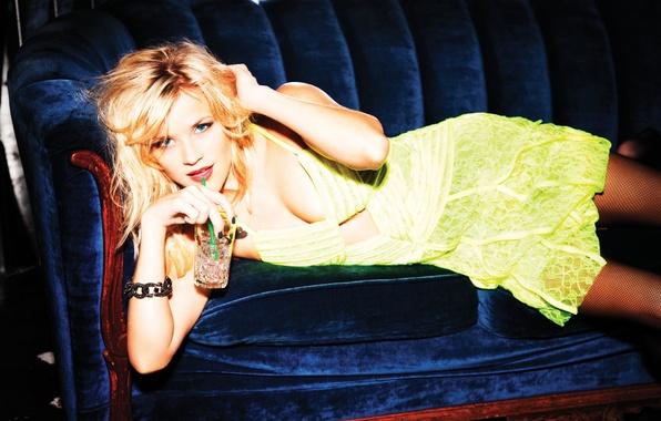 Картинка синий, диван, платье, актриса, блондинка, браслет, напиток, Reese Witherspoon, риз уизерспун