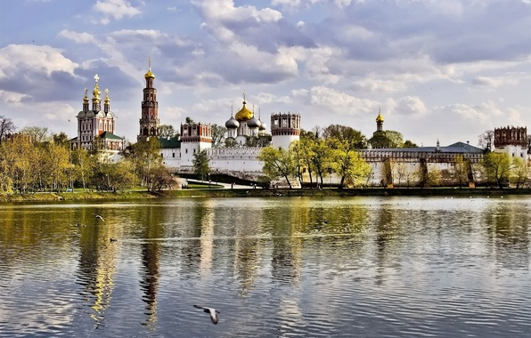 Картинка осень, небо, облака, деревья, стена, башня, москва, монастырь, новодевичий, купола