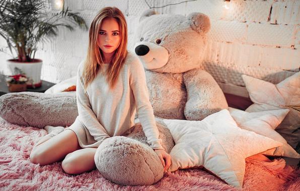 Картинка цветок, девушка, пальма, комната, игрушка, кровать, подушки, медведь, блондинка, горшок, туника, Ivan Gorokhov, Polina Grents
