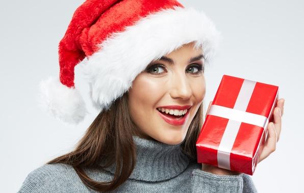 Картинка взгляд, девушка, радость, улыбка, коробка, подарок, шатенка, колпак, свитер