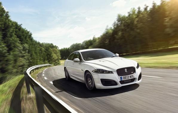 Картинка дорога, белый, небо, деревья, Jaguar, Ягуар, седан, передок, speed, XFR, ИксФР