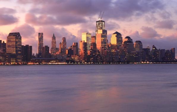 Картинка небо, облака, закат, тучи, огни, река, розовый, здания, Нью-Йорк, небоскребы, вечер, подсветка, USA, США, мегаполис, …