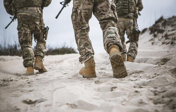 Картинка guns, soldiers, sand, camouflage, military clothing