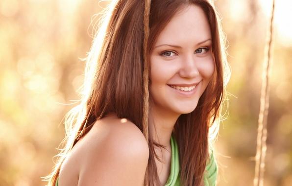 Картинка взгляд, девушка, солнце, лицо, улыбка, фон, качели, обои, настроения, макияж, рыжая, полноэкранные, HD wallpapers