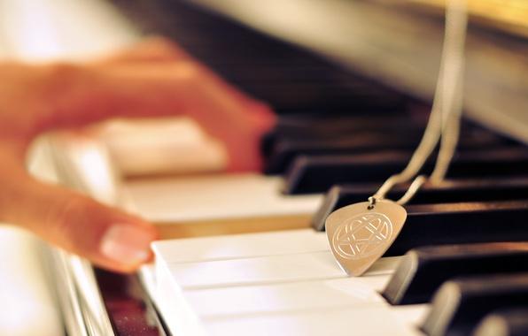 Картинка знак, рука, клавиши, медальон, аккорд