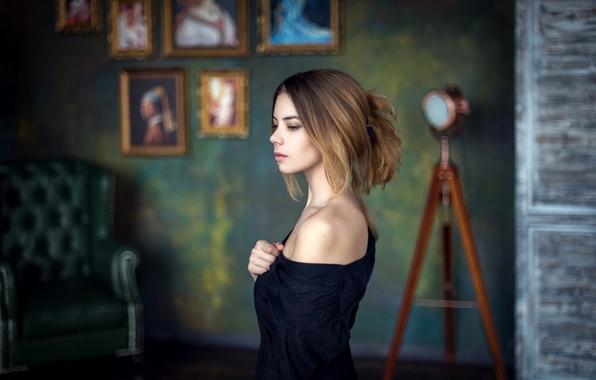 Картинка комната, модель, портрет, Девушка, атмосфера, картины, плечо, студия
