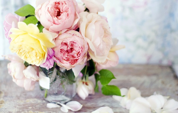 Картинка цветы, розы, букет, желтые, лепестки, банка, ваза, розовые, пионы
