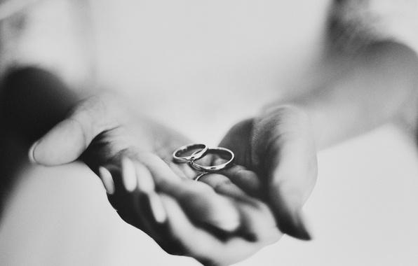 черно-белое фото рука в руке