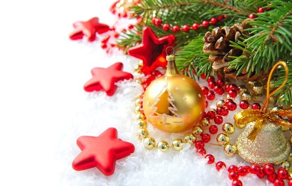 Картинка снег, ветки, бусы, звёздочки, ёлка, колокольчик, шишки, ёлочные украшения