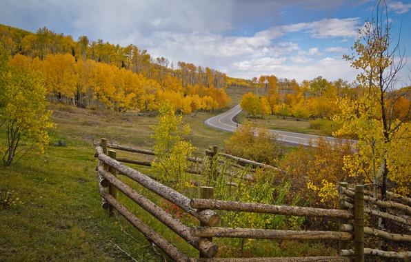 Картинка дорога, осень, небо, деревья, забор, склон
