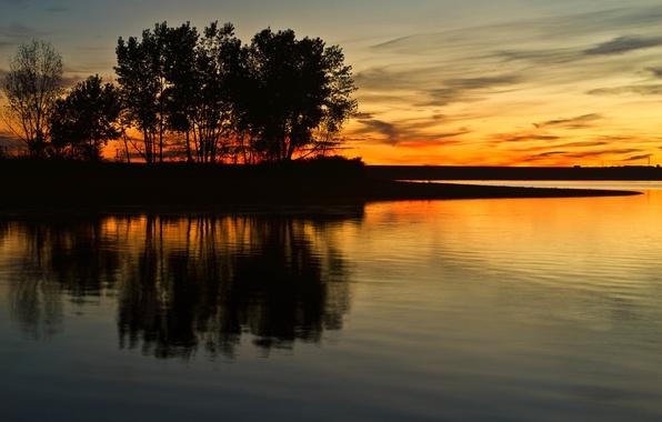 Картинка облака, деревья, озеро, отражение, зеркало, силуэт, сумерки, оранжевое небо, линия электропередачи