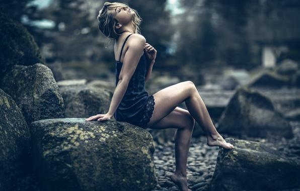 Картинка девушка, камни, ножки, Magnus Brynestam