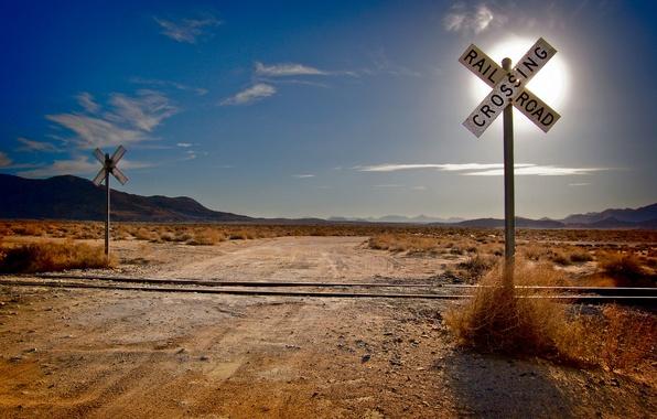Картинка дорога, трава, солнце, облака, горы, пустыня, пейзажи, дороги, рельсы, облако, железная дорога, перекрёсток, шпалы, железные …