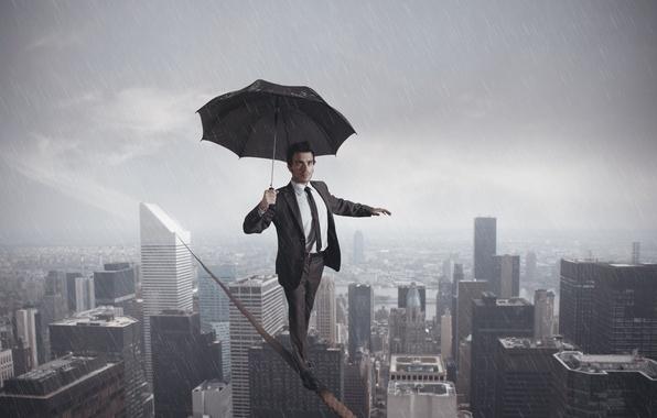 Картинка город, дождь, зонт, канат, пропасть, мужчина