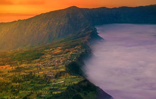 Картинка туман, дома, деревня, Индонезия, зарево, гора Бромо, остров Ява, Cemoro Lawang