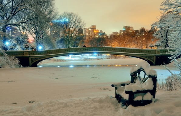 Картинка зима, снег, деревья, скамейка, ночь, мост, огни, пруд, парк, дома, Нью-Йорк, США