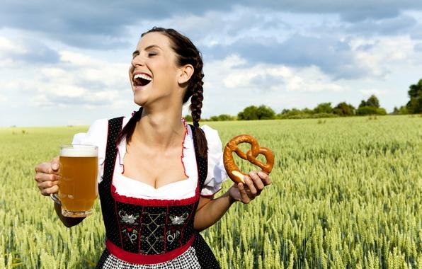 Картинка поле, девушка, облака, радость, платье, брюнетка, прическа, кружка, косички, колосья, квас, калач