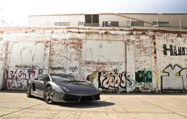 Картинка небо, серый, стена, граффити, здание, тень, gallardo, lamborghini, grey, ламборгини, гальярдо, lp560-4, вид спереди