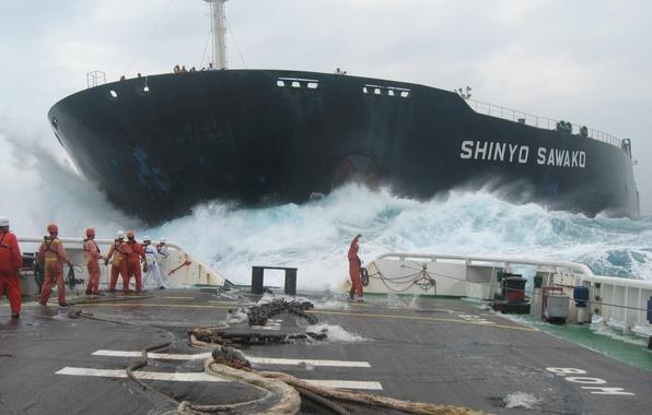 Картинка море, волны, шторм, океан, корабль, команда, танкер, палуба, цепи, тросы