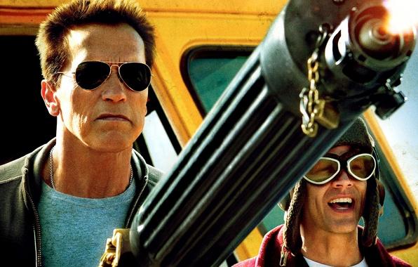 Картинка оружие, полиция, очки, пулемет, автобус, Арнольд Шварценеггер, Джонни Ноксвил, Johnny Knoxville, Arnold Schwarzenegger, Возвращение героя, …