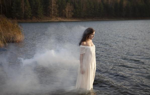 Картинка девушка, река, дым, платье, шатенка