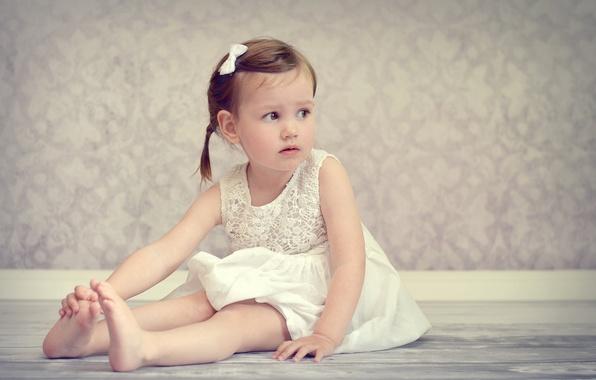 Картинка настроение, босиком, платье, девочка, сидит, на полу, ребёнок