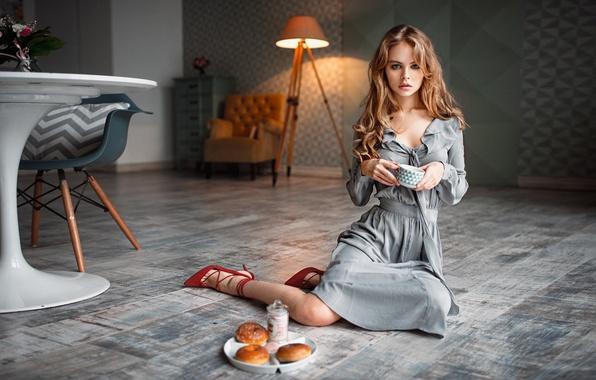 Картинка girl, long hair, dress, style, photo, photographer, food, blue eyes, model, lips, face, living room, …