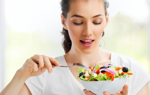 Картинка девушка, сыр, лук, тарелка, шатенка, вилка, овощи, помидоры, очарование, огурцы, салат, маслины, красный перец