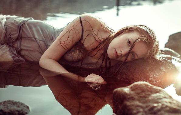 Картинка камень, в воде, мокрая девушка, blue rave