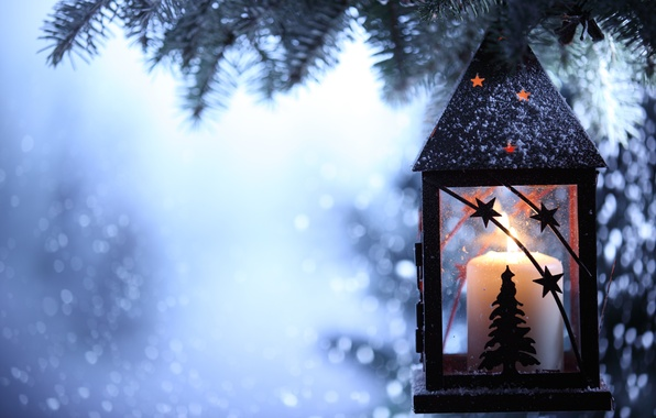 Картинка зима, снег, снежинки, свеча, ель, ветка, фонарик, фонарь, ёлка, подсвечник