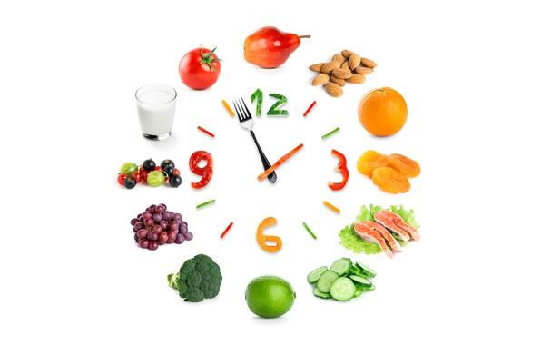 Картинка стакан, ягоды, креатив, стрелки, часы, апельсин, рыба, молоко, цифры, виноград, белый фон, лайм, груша, перец, …