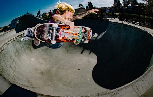 Картинка небо, люди, прыжок, миска, татуировки, скейтбординг, солнечный, скейтборд, экстремальный спорт